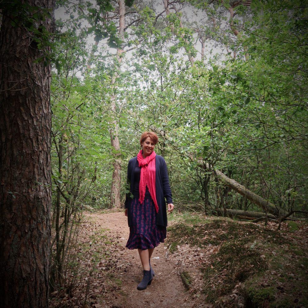 Didi, zomermode, blauw, roze, laarsjes, rok, vest, pink ribbon, bos, wandelen, camping